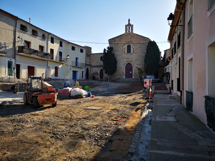 Des travaux sont en cours sur la place à l'entrée de la Chapelle de Méze