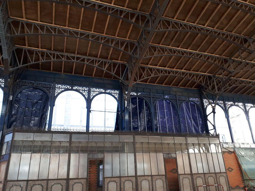 Des tests de peintures et de lumières sont en cours sur la façade à l'extérieur tandis qu'à l'intérieur une dalle de béton a été coulée. - Radio France