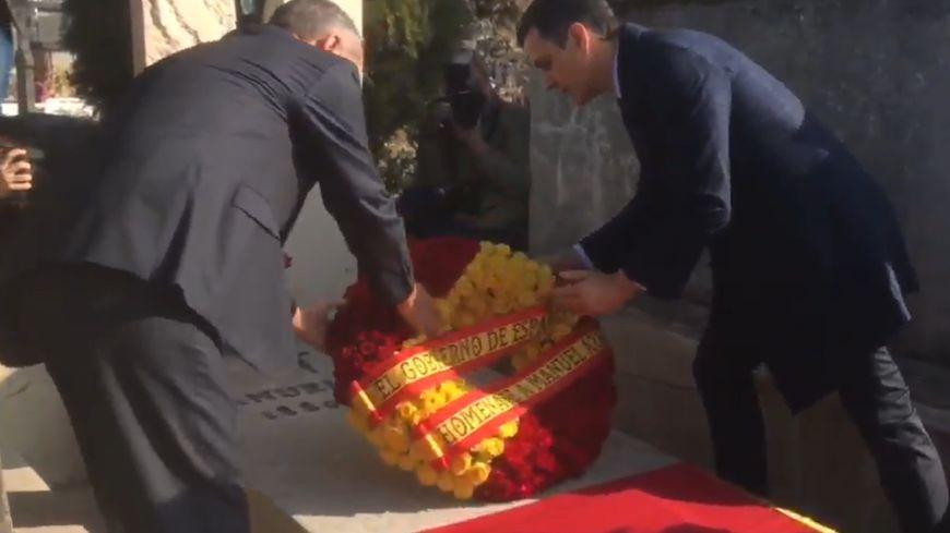 Pedro Sánchez (à droite) dépose une gerbe sur la tombe de Manuel Azaña