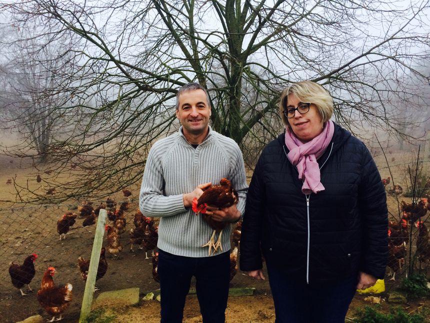 Isabelle et Mickaël Naveau et l'une des poules sélectionnée pour le Salon de l'Agriculture.