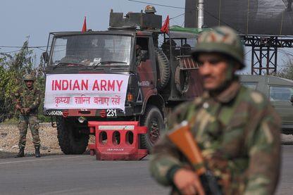 Un soldat indien fait respecter le couvre-feu au Cachemire après l'attentat