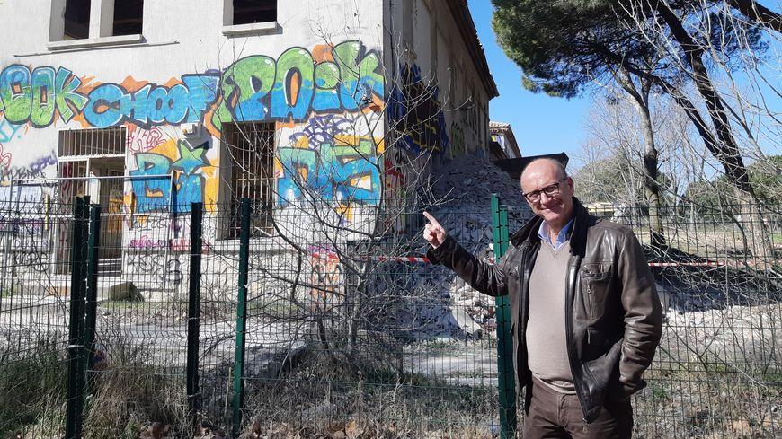 Robert Crauste, le maire du Grau-du-Roi devant l'ancien bâtiment de l'administration du sanatorium