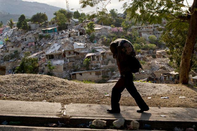 Le 12 janvier 2010, un séisme atteignant 7,3 sur l'échelle de Richter a détruit en grande partie les habitations haïtiennes, provoquant la mort de 300 000 personnes.