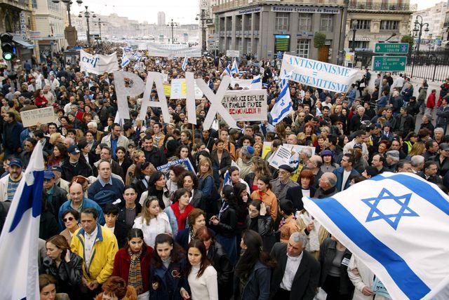 Des milliers de personnes rassemblés le 7 avril 2002 à Marseille contre l'antisémitisme et le terrorisme.