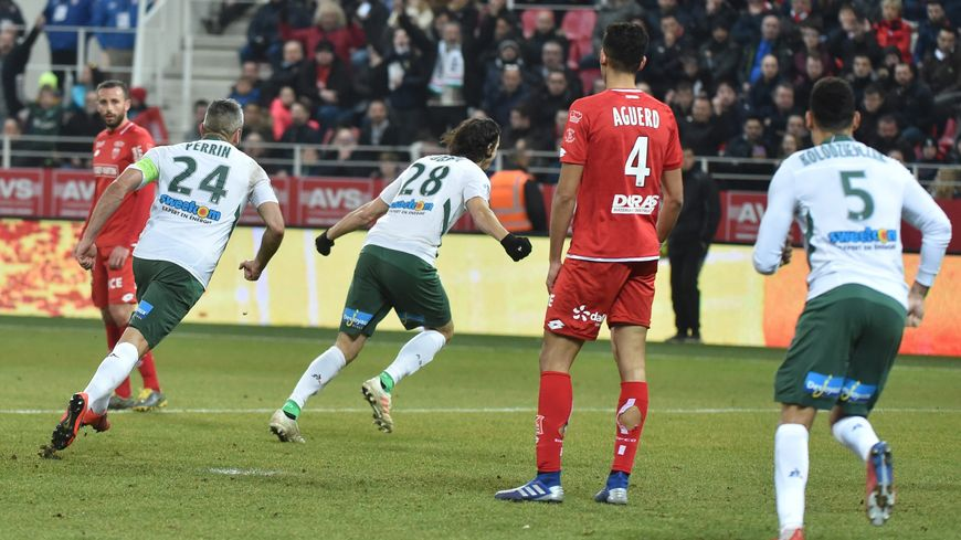 Football ligue 1 : 26e journée, Dijon en rouge reçoit l'ASSE en blanc. But de Neven Subotic.