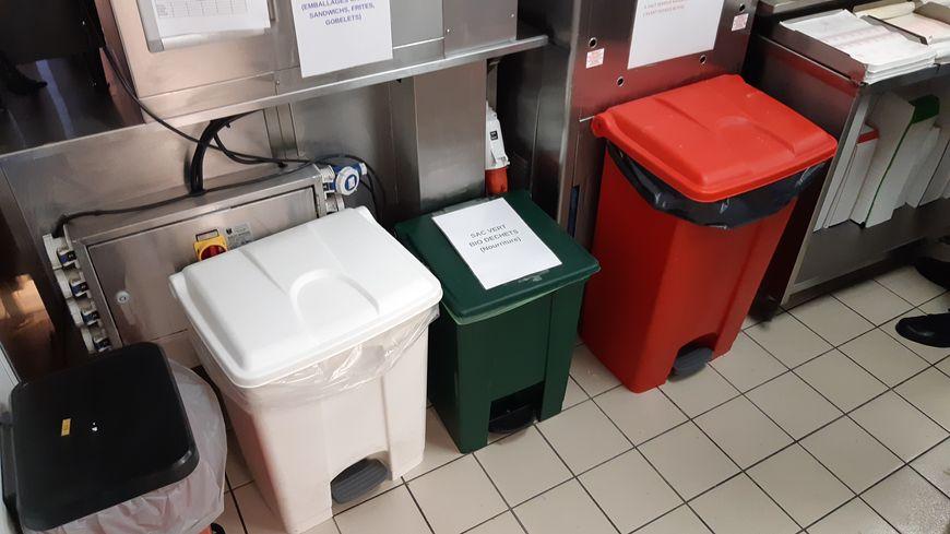 Beaucoup de poubelles en cuisine dont une pour les bio déchets (compostables), la verte.
