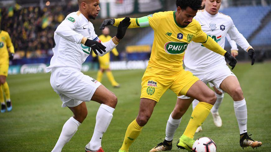 En blanc, les joueurs de l'Entente Sannois Saint-Gratien  ont tout tenté face à Nantes.