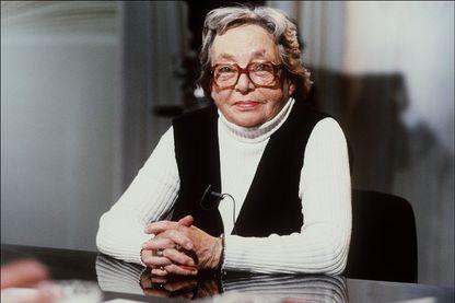 """Marguerite Duras à l'émission """"Apostrophes"""" à Paris le 28 Septembre 1984."""