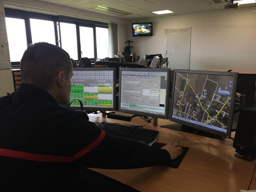 Les sapeur-pompiers du centre d'appel gèrent toutes les interventions depuis ces trois écrans.