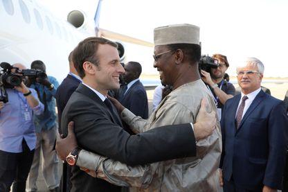 Le Président tchadien Idriss Deby accueille son homologue français Emmanuel Macron à N'Djaména le 22 décembre 2018. Le chef de l'Etat français venait rendre visite aux soldats de l'opération Barkhane stationnés au Tchad.