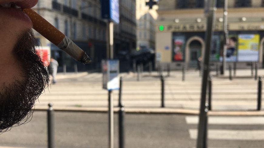 Le paquet de cigarettes augmente ce vendredi de 50 à 60 centimes (illustration ici à Marseille)