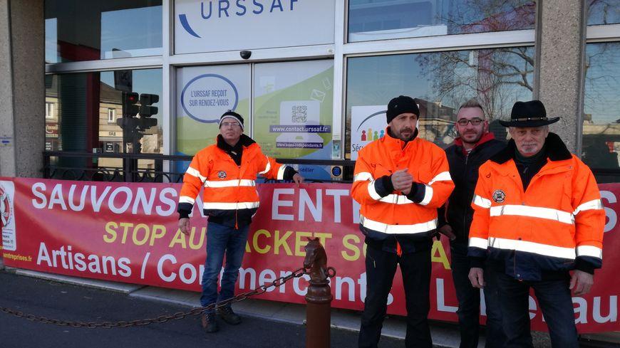Pascal Geay et ses soutiens devant l'Urssaf de la Manche