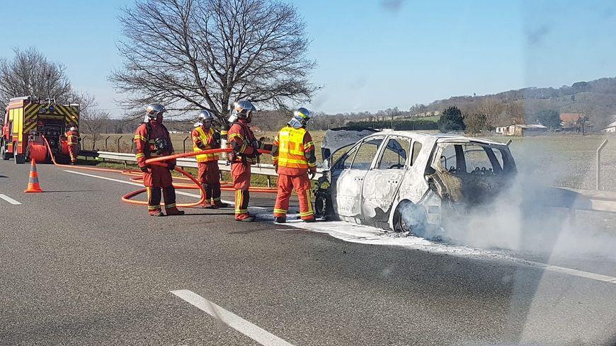 La voiture a pris feu un peu avant 15h, sur l'A64.