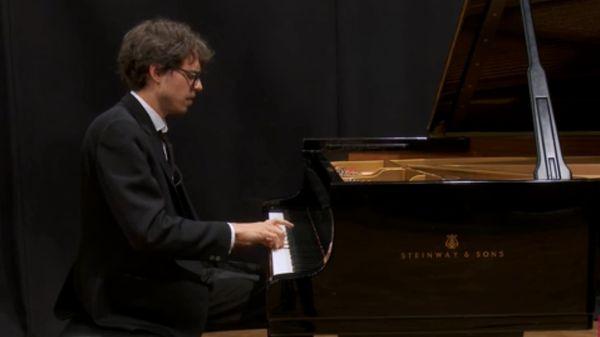 Scarlatti | Sonate en la majeur K. 24 par Lucas Debargue
