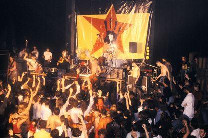 """""""Mala Vida"""" confère à la Mano Negra son statut de groupe majeur du rock alternatif français des années 1980 et 1990"""