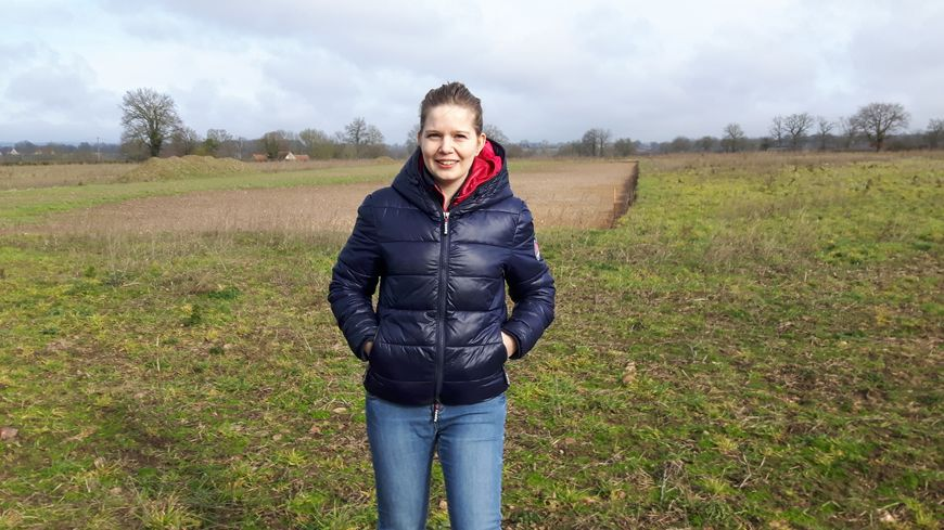 Sarah Madet, devant l'emplacement de son futur poulailler