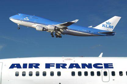 Un Boeing  747-400 de KLM survole un avion d'Air France sur l'aéroport de Schipol aux Pays-Bas (01/01/2003)