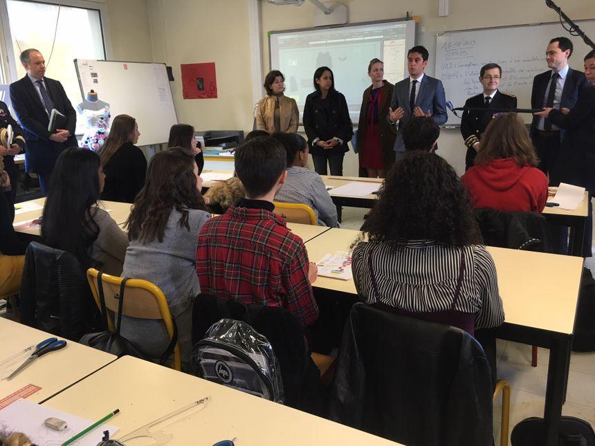 Gabriel Attal donne les instructions du concours aux élèves de la filière mode et design du lycée Ermont.