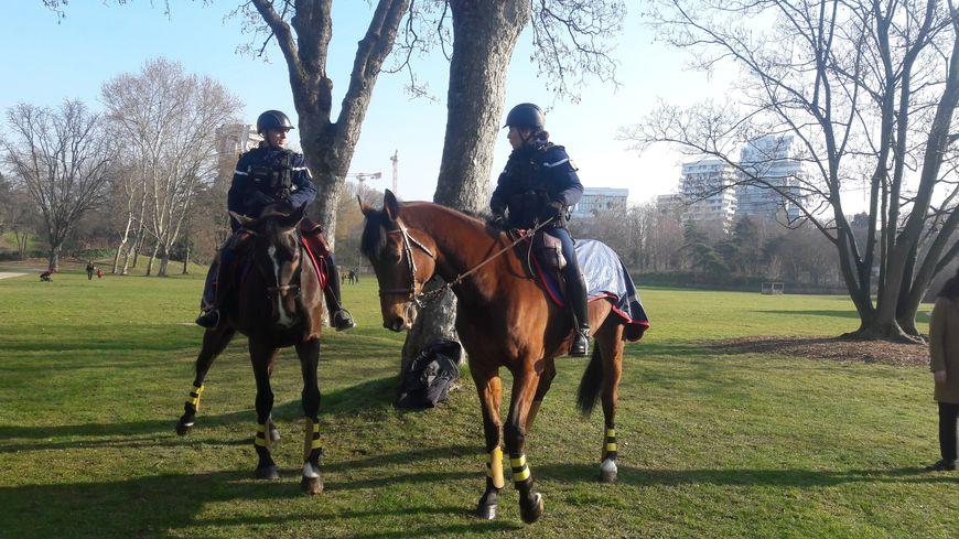 Une patrouille équestre de la Garde républicaine dans le parc de l'île Saint-Germain dans le 92