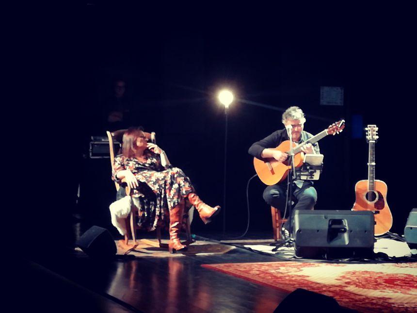 Moment de douceur  lors du concert de Naia Robles  avec Yannick Tellechea à la guitare