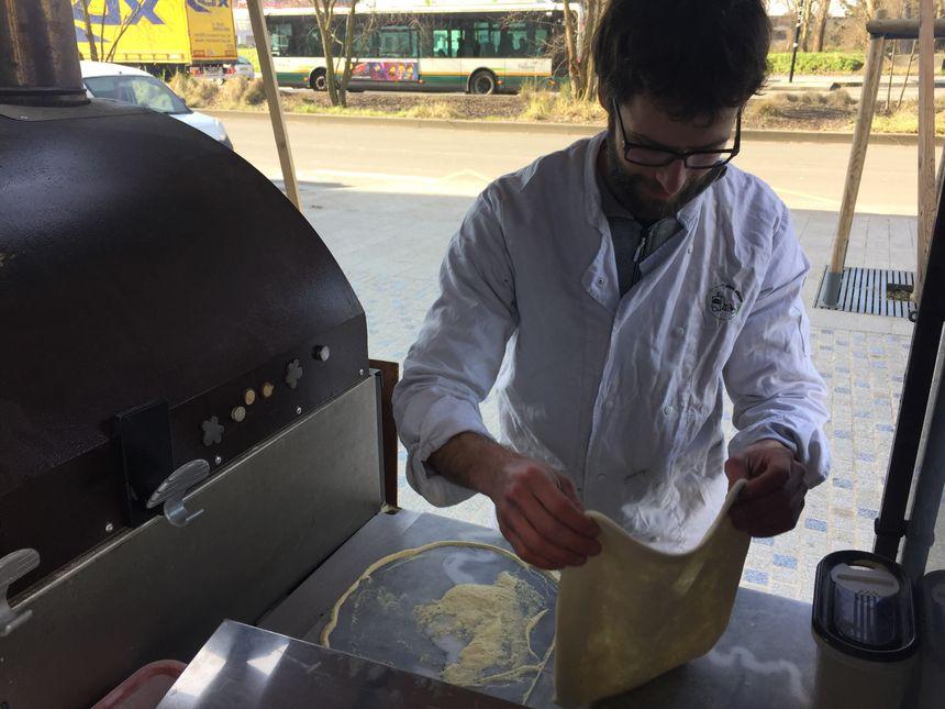 Les pâtons pétris à la mains sont étalés en moins de deux minutes sur une plaque en marbre.