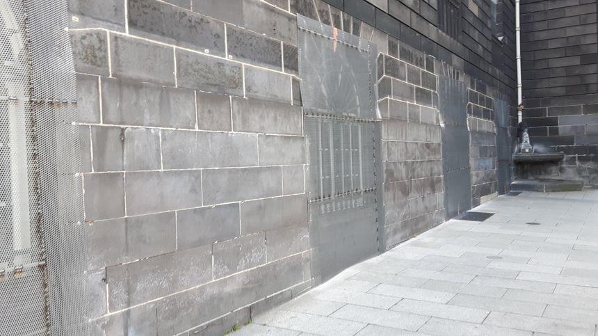 L'entresol de l'hôtel de ville protégé par des grilles