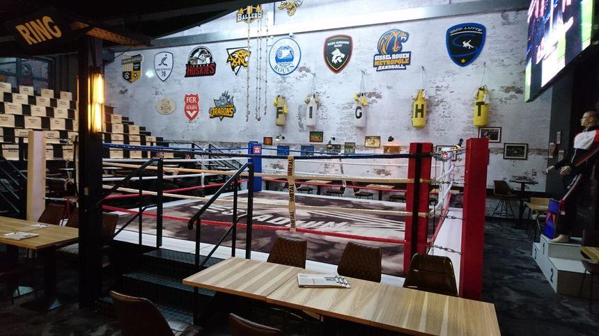 Un ring de boxe au milieu de tables de bar ... Inhabituel ! Mais pas ici : des galas de boxe sont organisés environ une fois par mois.