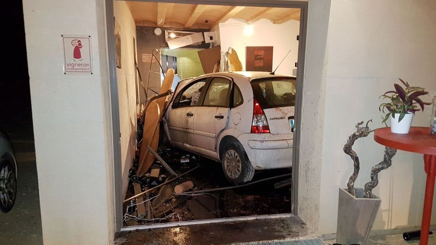 La voiture s'est complètement encastrée dans le bâtiment.