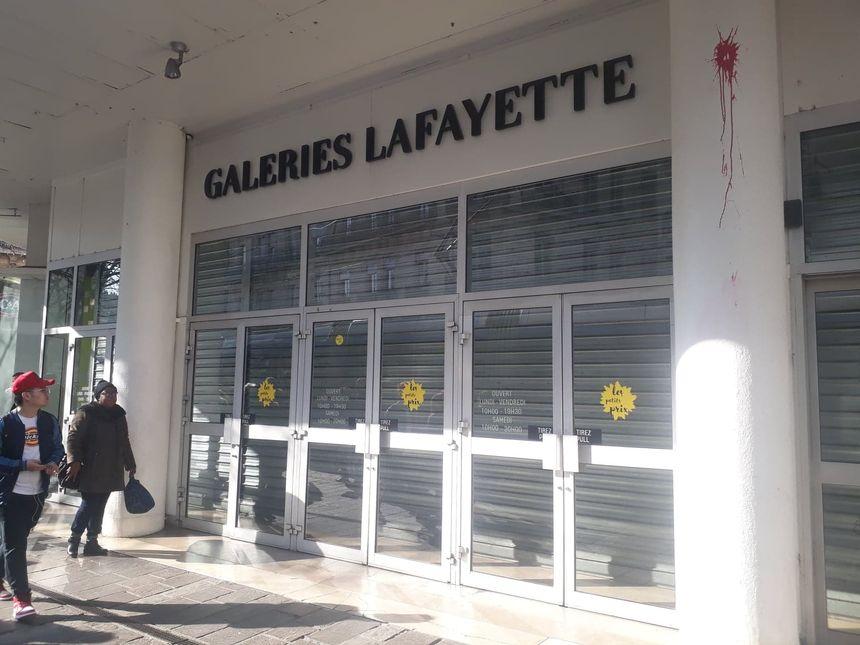 Les galeries Lafayette ont fermé leurs grilles en voyant arriver les manifestants