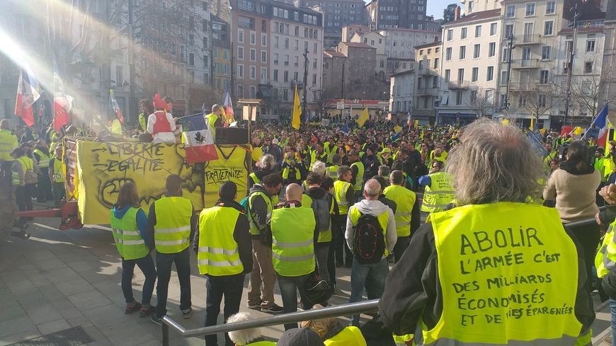 Les manifestants se sont arrêtés une petite heure dans le centre-ville d'Annonay pour une prise de parole.