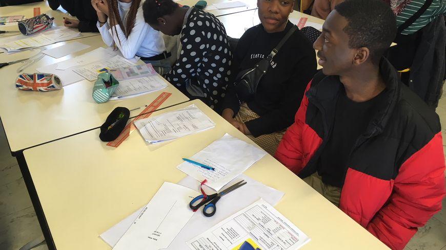 Ces élèves de seconde de la filière mode et design du lycée professionnel d'Ermont participent au concours pour inventer l'uniforme du SNU.