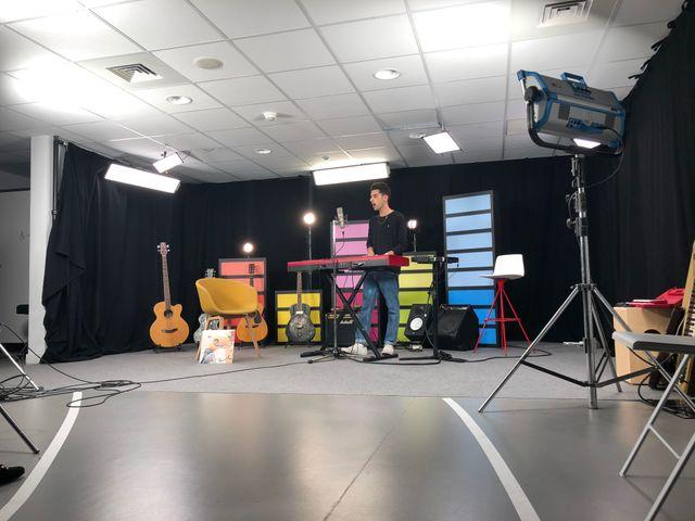 """Foé en pleine session """"live"""", dans un studio vidéo monté dans les loges de la Seine Musicale"""