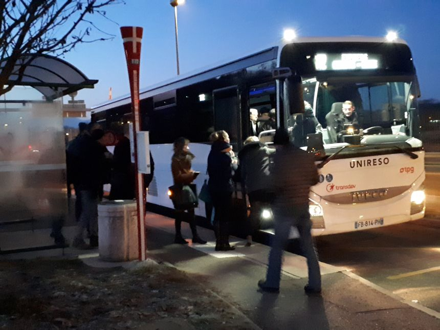 Deux mille frontaliers combinent voiture et bus chaque jour pour aller à Genève