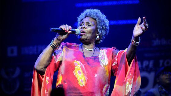 La chanteuse de jazz sud-africaine Dorothy Masuka en 1016 lors d'un concert au Cap en Afrique du Sud
