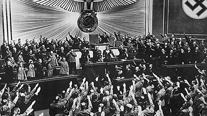 Adolf Hitler devant le Reichstag en 1938 à Berlin.