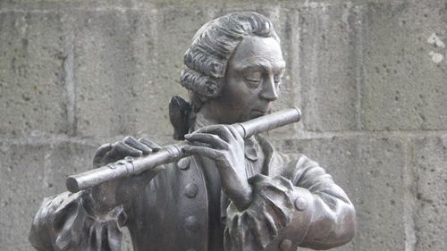 Statue de Johann Joachim Quantz à Scheden © jjquantz.org / 1740-1773, Johann Joachim Quantz compose son Concerto pour flûte en sol mineur QV 5:196 / Musicopolis