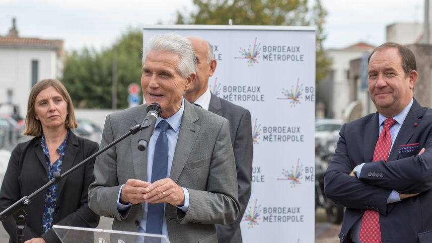 Patrick Bobet le maire du Bouscat, futur président de la Métropole de Bordeaux, lors de la première soudure de rail de la ligne D du tramway au Bouscat