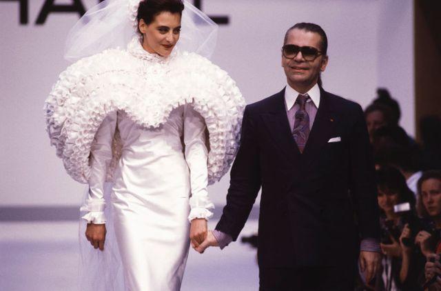 Le top model Inès de la Fressange et le styliste Karl Lagerfeld lors du défilé Chanel en juillet 1987 à Paris