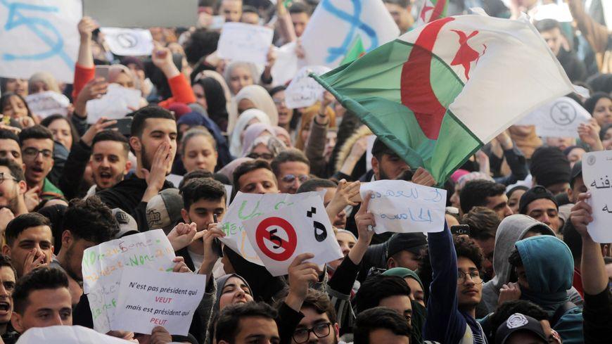 Manifestation d'étudiants à Alger contre la candidature d'Abdelaziz Bouteflika