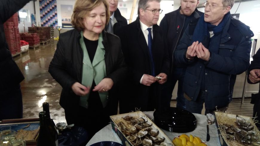 Nathalie Loiseau, ministre chargée des affaires européennes déguste des huîtres de Saint-Vaast-la-Hougue