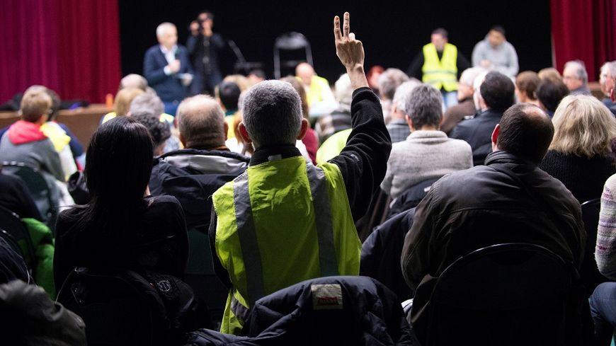 Un débat citoyen à Ternay, dans le Rhône.