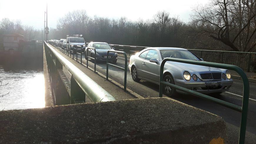Les embouteillages sont quotidiens sur le pont de Cournon