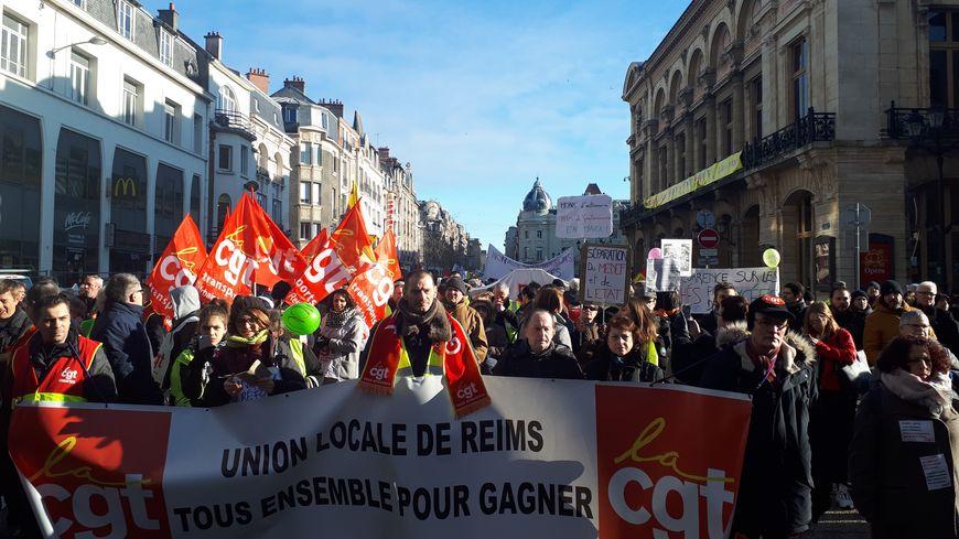 Près de 1000 personnes dans les rues de Reims, à l'appel des syndicats et des gilets jaunes