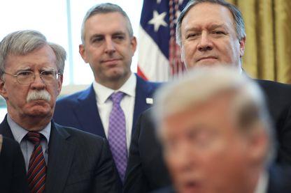 Le Conseiller national à la Sécurité John Bolton (à gauche), et le Secrétaire d'Etat Mike Pompeo (à droite) avec Donald Trump lors d'une cérémonie à la Maison Blanche le 7 février 2019. Ils sont les initiateurs de la Conférence de Varsovie.