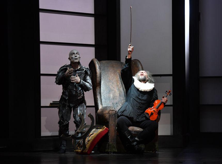 A gauche, Vincent Bexiga, chansigneur. A droite, Bruno Taddia, interprète du personnage de Don Pasquale.