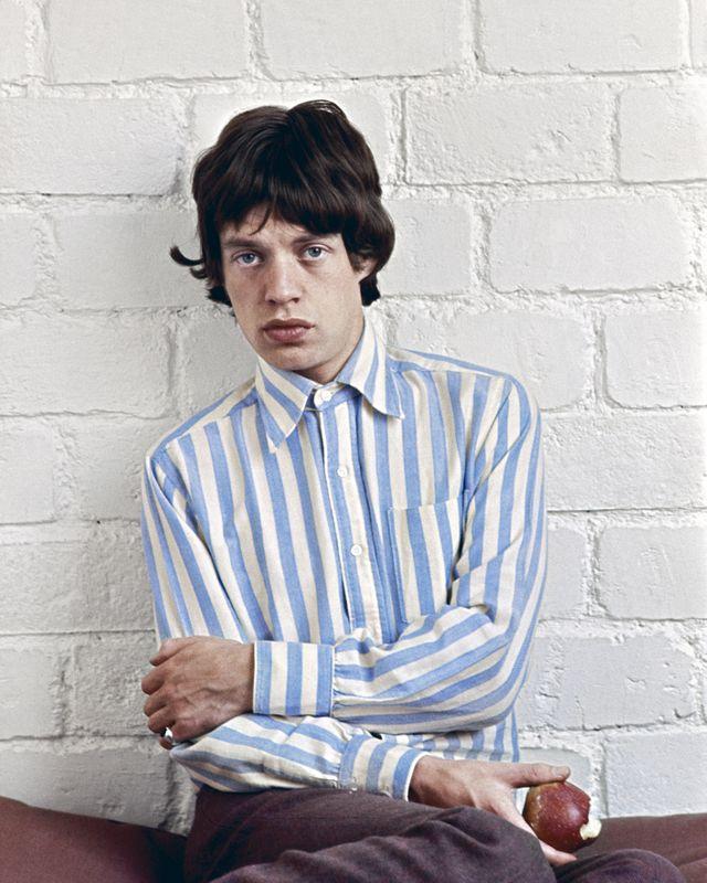 """""""Mick Jagger à la pomme"""" photographié en 1966 par Jean-Marie Périer."""