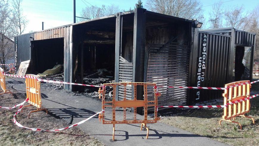 """La maison du projet de """"l'éco-quartier des Vaites"""" à Besançon entièrement détruite par un incendie"""