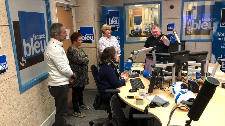 Corinne, Isabelle, Hassen écoutent les explications de Fred Viallet