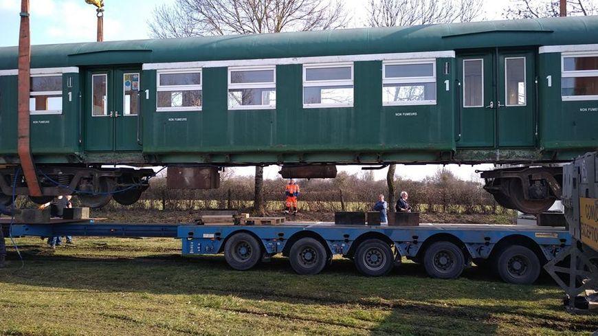 Le wagon pesant 30 tonnes a été installé ce jeudi avec de gros moyens.