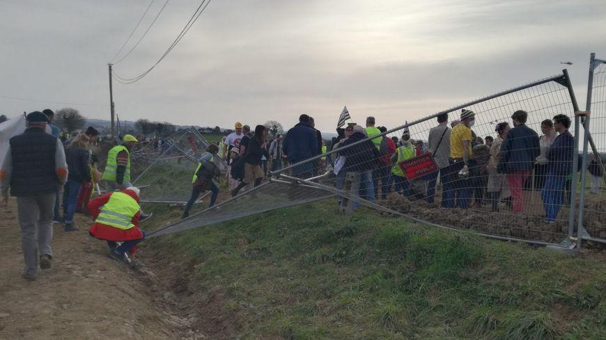 Des manifestants ont fait tomber une partie des barrières pour entrer sur le site du chantier de la centrale à gaz à Landivisiau.